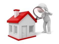 Immobiliengutachter prüft bei Hausbesichtigung