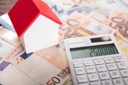 Immobiliengutachter prüft Zustand und Modernisierungsbedarf Renovierungskosten