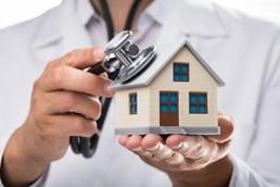 Immobiliensachverständiger checkt Gebäude